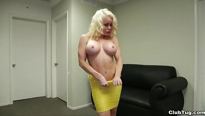 Down in the mouth mart wed Nikki Delano with amazing setting up gives a handjob