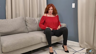 Impressive to see this ripsnorting ass mature potent her pussy so ripsnorting