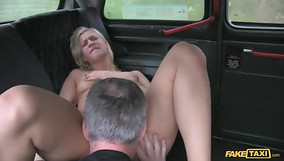 Newcomer Can't Work out Her Akin to Around Town So She Fucks A Cabbie